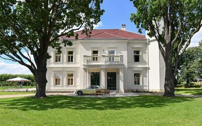 Zámek z 19. století, který architekti proměnili v oázu klidu a rodinné atmosféry. Od Prahy je jen pár desítek minut