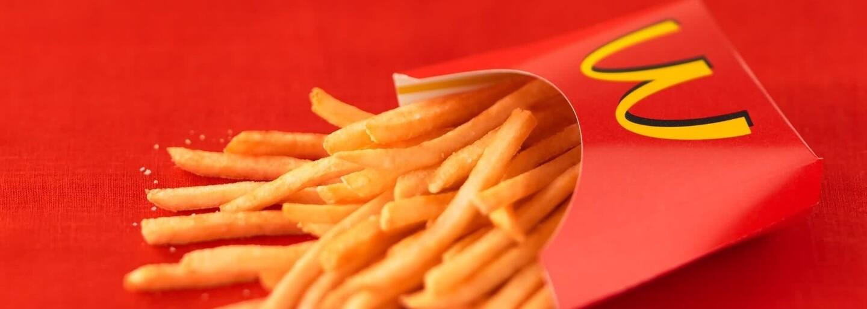 Zaměstnanci McDonald's tvrdí, že lidem naschvál dávají méně hranolků, než si objednali. Mají na to promyšlený trik