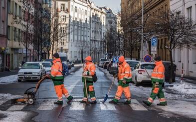 Zaměstnanci Pražských služeb zparodovali ikonické fotky The Beatles, Bohemian Rhapsody i americké vojáky v Japonsku