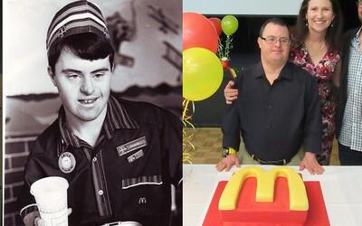 Zaměstnanec McDonald's s Downovým syndromem odešel do důchodu po 32 letech