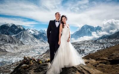 Zamilovaný pár vystoupil až na Mount Everest, aby měl nejúžasnější svatbu na světě. Věčnou lásku si slíbili doslova na vrcholu Země