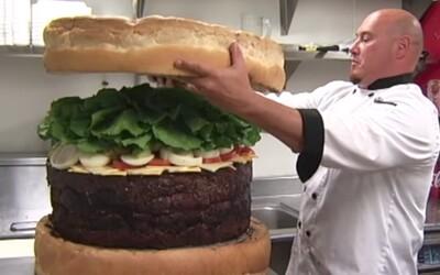 Zaplatil by si viac než 1500 eur za kedysi najväčší burger na svete? Privezú ti ho na špeciálnom vozíku a nezjedol by si ho ani za týždeň
