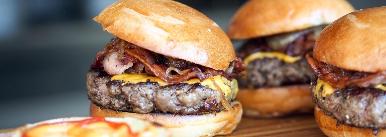 Zaplatil bys 195 tisíc korun za největší burger světa? Přivezou ti ho na vozíku a nesnědl bys ho ani za týden