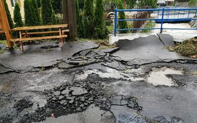 """Záplavy na východe vytrhali asfalt a zvalili most, ľudia vyhadzujú rozmočené gauče a nábytok. Štát pomáha """"slušným balíkom peňazí"""""""