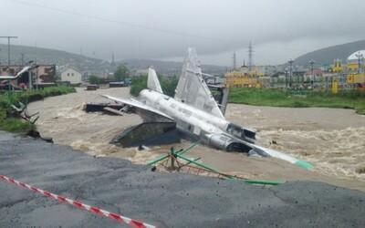 Záplavy v Rusku vyplavili stíhačky medzi paneláky