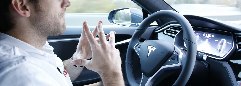 Zapol autopilota a zalomil za volantom. Odvaha spiacemu šoférovi Modelu S od Tesly určite nechýba