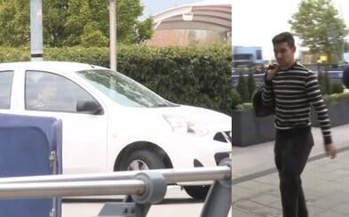 Vydělává přes 3 miliony korun týdně, ale jezdí v Nissanu Micra. Fotbalista Jesús Navas si na drahé hračky nepotrpí
