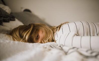 Zaspávanie pri zapnutom seriáli či svetle môže u žien spôsobovať priberanie kíl až obezitu, tvrdí nový výskum