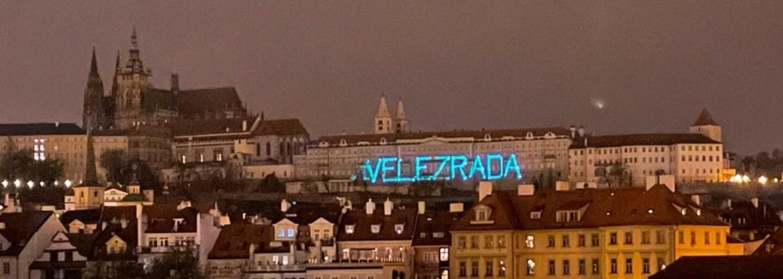 """Zastavme velezradu: Na Pražském hradě se v noci objevil nápis """"velezrada"""". Zeman je prý agentem nepřátelské země"""
