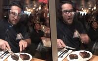 Zatiaľ čo vegáni protestovali, majiteľ reštaurácie si pochutnával na steaku. S úsmevom na perách provokoval cez okno