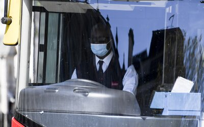 Zatkli mladíka, který v době pandemie koronaviru plivl na šoféra autobusu. Rozzlobilo ho, že nemůže zaplatit kartou