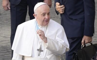 Záujem o návštevu pápeža je nízky. Vláda by mala zrušiť nutnosť očkovania, lebo inak hrozí blamáž, tvrdí publicista