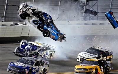 Závody NASCAR poznamenala vážná nehoda. Jeden jezdec se těžce zranil