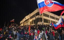 Záznam z protestov v Bratislave: Rečnili komunisti aj odsúdení extrémisti, demonštrovalo sa aj pred domom Matoviča (+ foto)