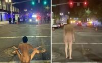 Zcela nahá žena vytlačila policejní jednotky z ulice. Demonstranti v USA to prohlašují za její vítězství
