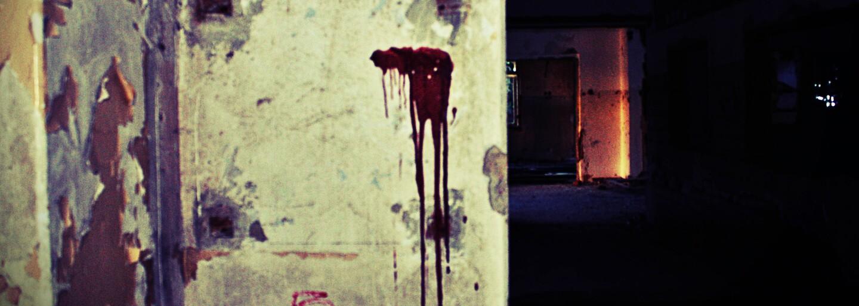 Zchátralý penzion uprostřed lesů děsí návštěvníky krvavými nápisy na svých zdech (Fotoreport)