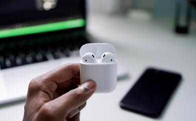 Zdají se ti sluchátka AirPods příliš drahá? Apple možná chystá jejich levnější verzi