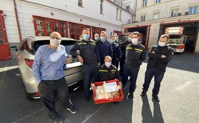 Zdeněk Pohlreich a jeho kuchaři osobně rozváží jídlo pražským hasičům