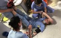 Zdravotnický personál je na pokraji sil. Příbramská nemocnice zveřejnila fotku kolabující sestry