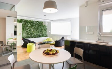 Zeleň ako súčasť obývacej miestnosti a dizajnová moderna. Aj také môže byť bývanie na okraji Bratislavy