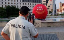 Zem horí. Fontánu pred prezidentským palácom aktivisti zakryli červenou plachtou