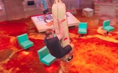 Země je láva! Netflix udělal z dětské hry šílenou televizní show, ve které se soutěžící nesmí dotknout země