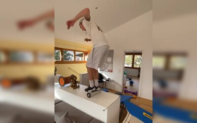 Zem je láva! Pozri sa, ako si akrobatický lyžiar urobil v dome kaskadérsku dráhu.