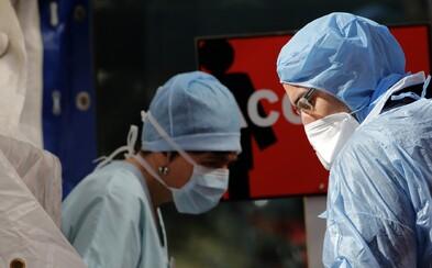 Zemřela 59letá sanitářka z Thomayerovy nemocnice, která se nakazila koronavirem. Souvislost zatím prokázána nebyla