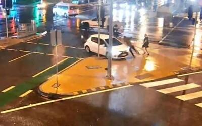Žena autom zrazila kamaráta, ktorý na Instagram pridal video zachytávajúce ju v trápnej situácii