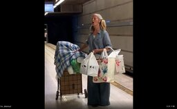 Žena bez domova spievala v metre operu, natočil ju policajt. Vďaka virálnemu video dostala ponuku nahrávacej zmluvy