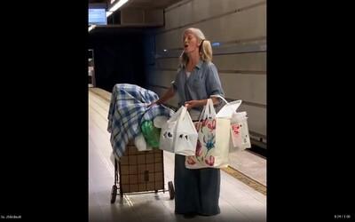 Žena bez domova zpívala v metru operu, policista ji natočil. Díky virálnímu videu dostala nabídku nahrávací smlouvy