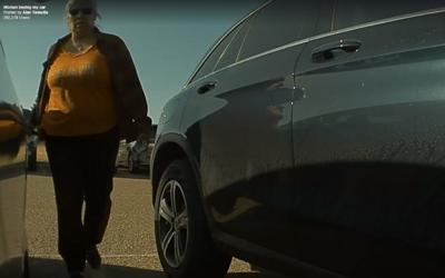 Žena bezdůvodně poškrábala Teslu Model 3 klíčem, speciální hlídací mód ji zachytil na kameru, nakonec se přiznala