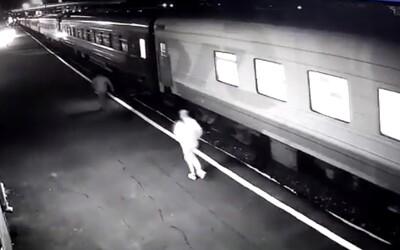 Žena chcela nastúpiť na rozbehnutý vlak, skončila na koľajniciach a súprava jej rozmliaždila nohu. Situáciu zachytila kamera