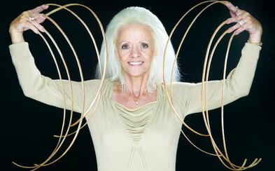 Žena, ktorá mala oficiálne najdlhšie nechty na svete, o ne prišla pri autonehode. Dodnes si takmer meter dlhé pazúre stráži
