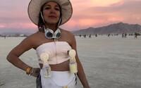 Žena na festivalu Burning Man rozdávala k pití své mateřské mléko. Návštěvníci v poušti si jím prý léčili kocovinu a přidávali si ho do kávy