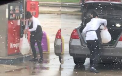 Žena na pumpě tankovala do igelitové tašky. Při přesouvání do kufru se jí roztrhla, tak ji vložila do další