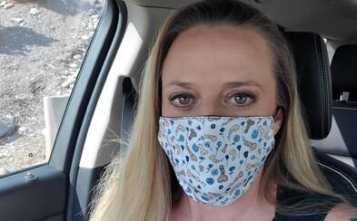 Žena nosí masku s kresbami penisov. Ak pohlavný úd zbadáš, si pri mne príliš blízko, odkazuje svojmu okoliu