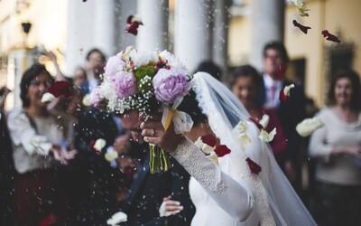 Žena požádala o rozvod, protože ji prý manžel zahrnoval extrémní láskou