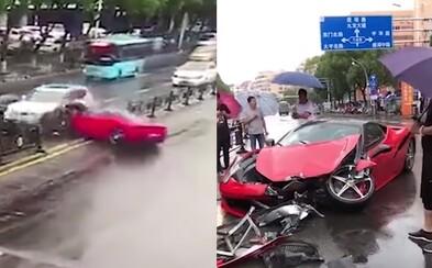 Žena rozbila Ferrari za miliony pár minut poté, co si ho půjčila