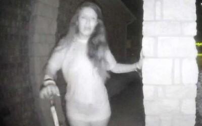 Žena s putami na rukách v noci zúfalo zvonila na cudzie domy. Americkí policajti riešia strašidelný prípad a ľudí žiadajú o pomoc