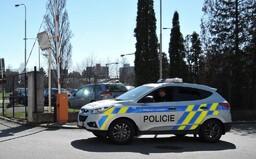 Žena se v Plzni svlékla do naha a agresivně útočila na policejní hlídku
