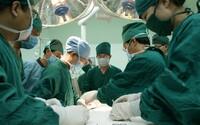 Žena si uľavila počas laserovej operácie a jej črevné plyny spôsobili oheň. Popálil nielen ju, ale aj záves