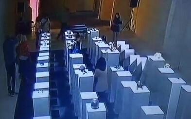 Žena si v galérii chcela urobiť selfie, ale popritom zhodila a poškodila umelecké diela za 200-tisíc dolárov