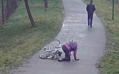 Žena spadla z bicykla a zlomila si nohu. Muž jej nepomohol a s rukami vo vreckách odišiel preč