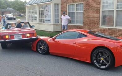 Žena svoj Mercedes zaparkovala rovno na prednú časť vzácneho Ferrari. Jeho majiteľ nemohol uveriť vlastným očiam