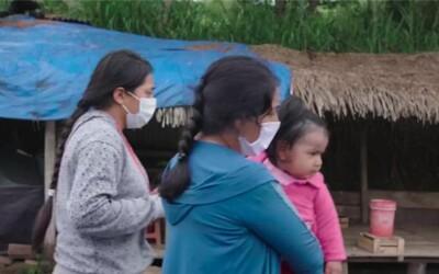Žena ušla stovky kilometrů se třemi dětmi, aby unikla smrti. Koronavirus ji vyhnal zpět do amazonského pralesa