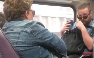 Žena v australském metru úmyslně kašlala přímo na muže, který seděl naproti ní