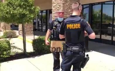 Žena v Kalifornii si odmítla nasadit v obchodě roušku. Na protest se jim vymočila na podlahu