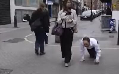 Žena venčila svého manžela na vodítku jako psa, protože se chtěli vyhnout zákazu vycházení