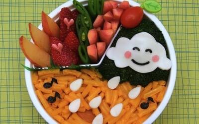 Žena vytvára kreatívne a zdravé obedy, ktoré jej rozveselia deň